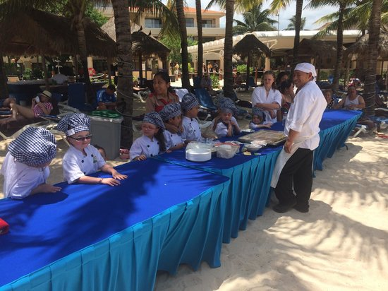 Dreams Puerto Aventuras Resort & Spa: Kids club cake decorating!