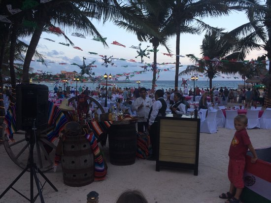 Dreams Puerto Aventuras Resort & Spa: Beach dinner