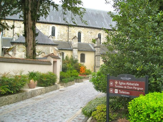 Le restaurant de l'abbaye : The famous Abbaye is just across the street, a special place as well!