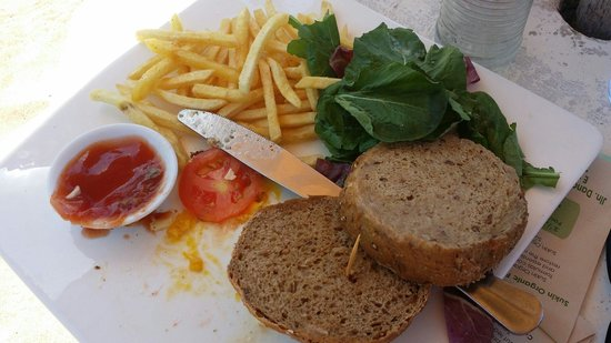Isola Restaurant: Stale bun and stone cold chips. I ate the meat, cheese and egg. 90,000rp plus 21% taxes. Avoid a