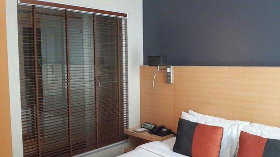 Hotel Solo Sukhumvit 2 : Window to shower.