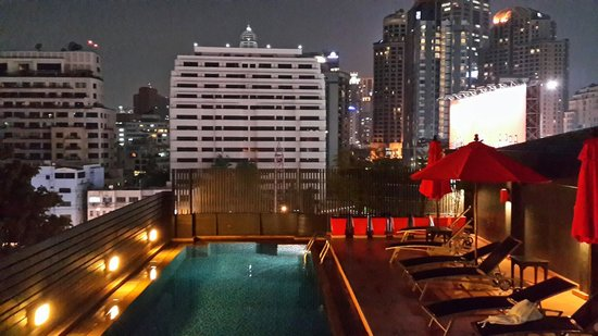 Hotel Solo Sukhumvit 2 : Stunning views from roof top pool at night