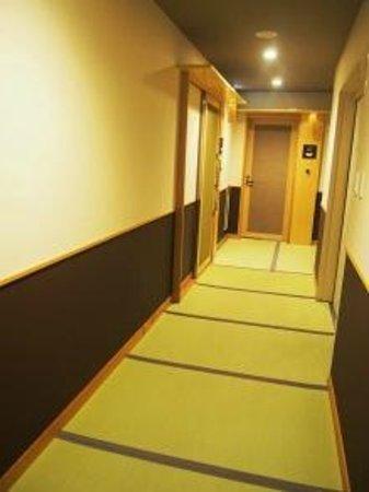 Hana Beppu : 畳敷きの廊下
