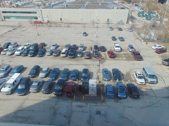 Quality Hotel & Suites Airport East: View of Parking lot