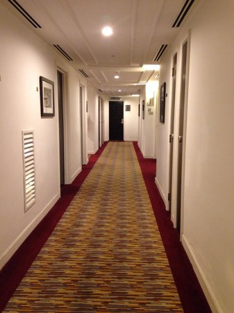 Hotel Perdana: Hallway with local artists painting
