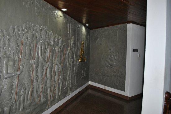 Camelot Beach Hotel: картина в коридорах отеля