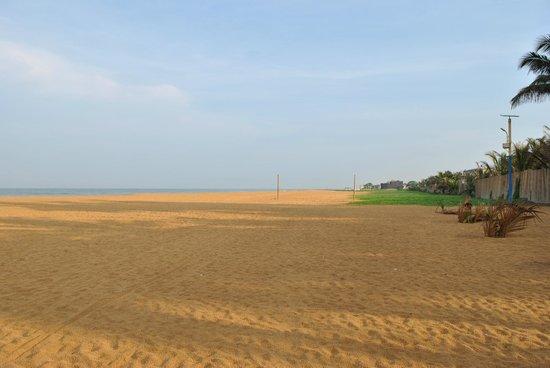 Camelot Beach Hotel: пляж