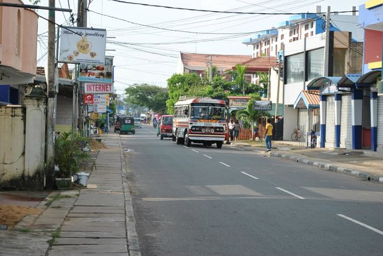 Camelot Beach Hotel: улочка рядом с отелем