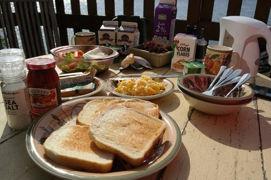 Eagle Cove Beachfront Guest Suites: Breakfast