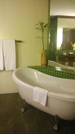 Borei Angkor Resort & Spa: Nice Long Bath in the room