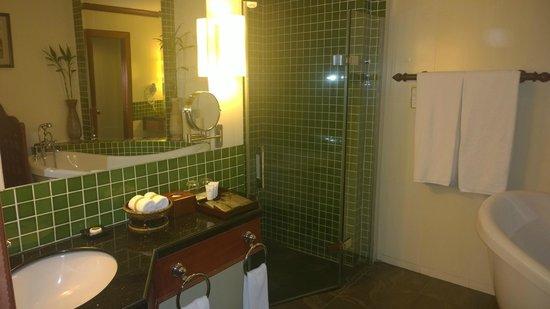Borei Angkor Resort & Spa: Fully functional Bathroom