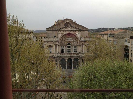 Kyriad Avignon - Palais Des Papes : Di fronte alla camera il teatro di Avignone