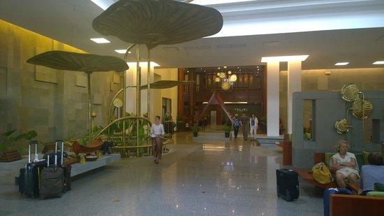 Borei Angkor Resort & Spa: Big and Bright Lobby