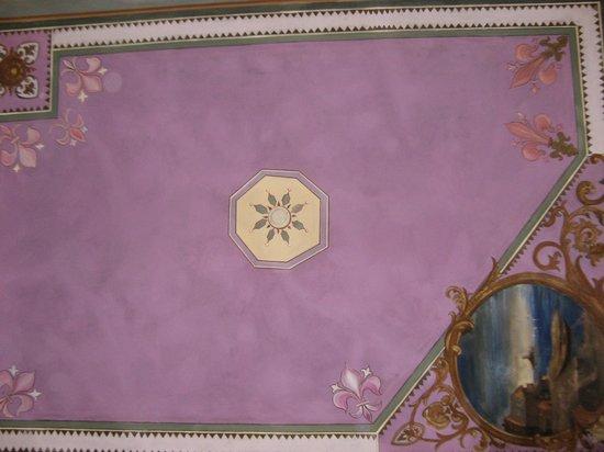 Hotel Ferrucci: Расписной потолок в номере 12