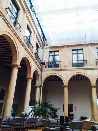 Parador de Lerma : In the courtyard lounge...