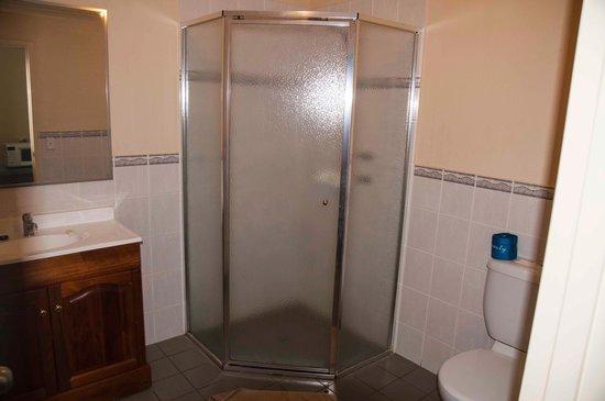 Jacksons Motor Inn: Bathroom