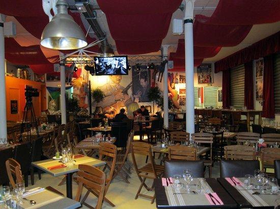 Saint Ouen, Francia: La grande salle dans un décor de fête foraine.