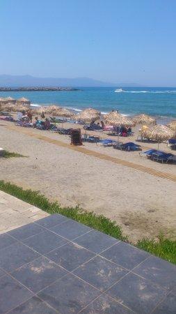 Menia Beach Hotel: Menia Beach sett från hotellet.