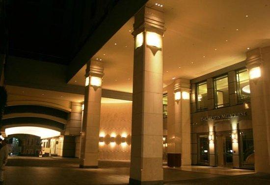 The Westin Melbourne: вход в отель