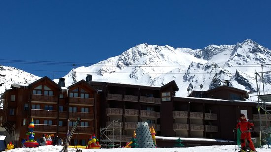 Hotel Le Val Thorens : L'hôtel vu depuis la terrasse du Face West le 4 mai 2014