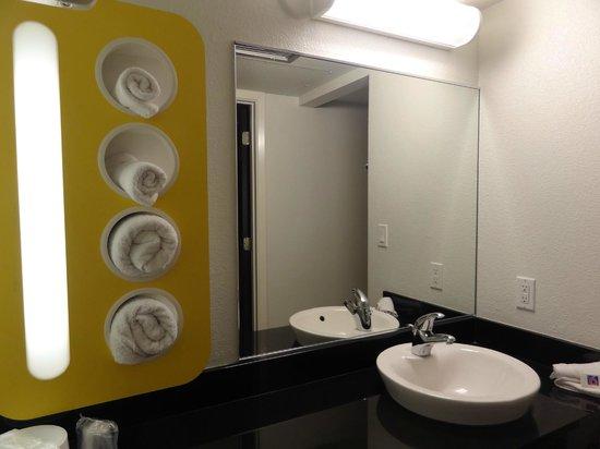 Motel 6 Santa Barbara - Carpinteria South : bathroom