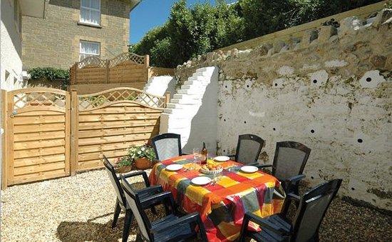 Luccombe Villa Holiday Apartments: The Warren patio area