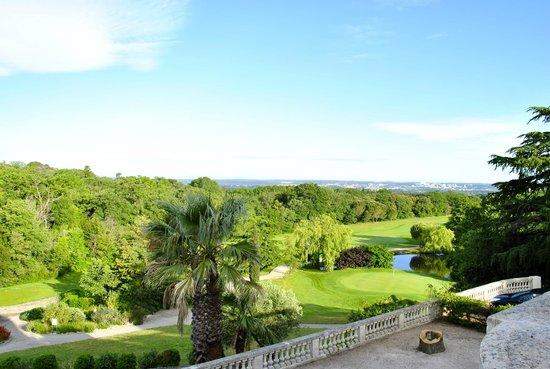 The Club House - Golf Nîmes Campagne : Terrasse Ouest avec vue sur le 18 trous et Nîmes