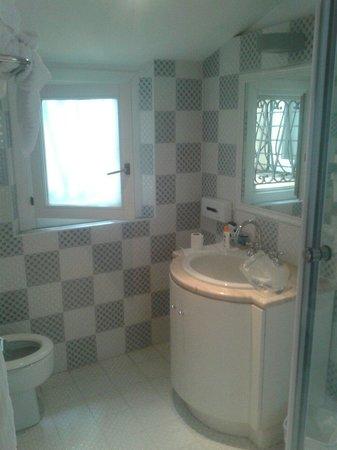 Relais Fontana Di Trevi: Bathroom