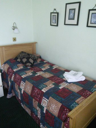 Ridgeway Hotel Chingford: Could have been a teenager's bedroom in the 80's