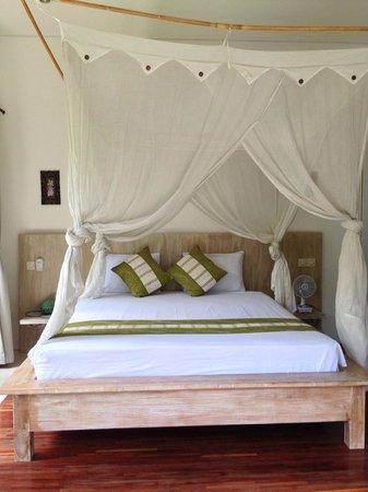 Tri Sandhya Villa: 天蓋ベッド