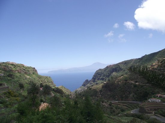 Hotel Olé Tropical: Trip around the island of Gomera (in the distance Mount Teide volcano)