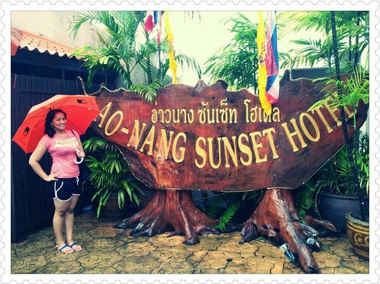 Ao-Nang Sunset Hotel: In front off hotel
