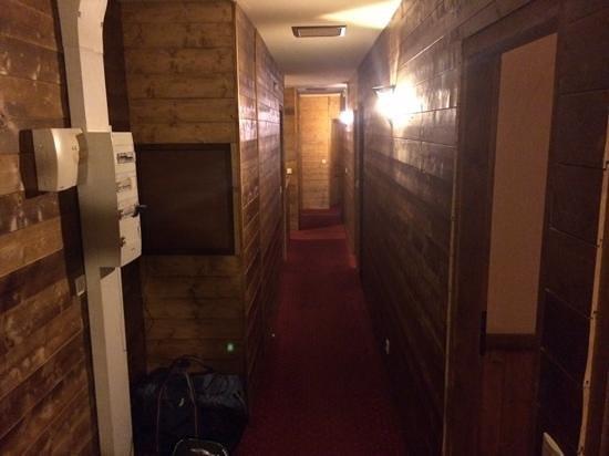 Chalet Koala : Koala corridor to lower level dining room