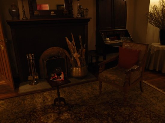 Jetwing Warwick Gardens: A fire and wine on request make for a lovely evening