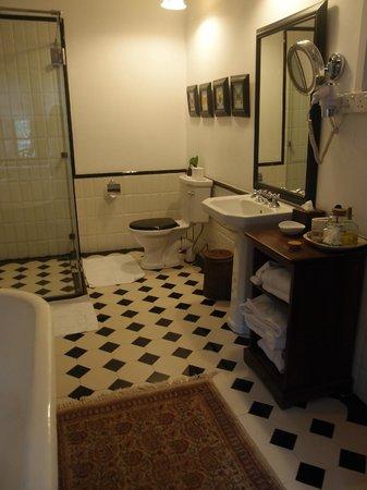 Jetwing Warwick Gardens: The white room bathroom