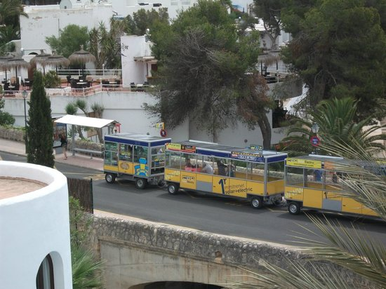 Gavimar Cala Gran Costa del Sur Hotel & Resort: The bus and 'train' stop at the front of the hotel.  Buses go to most places from here.