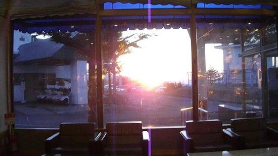 Aomori Winery Hotel: ロビーからの夕日