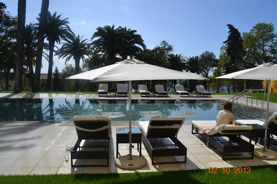 Vila Gale Collection Palacio dos Arcos: Swimming pool loungers