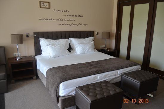 Vila Gale Collection Palacio dos Arcos: Poetry above v large bed