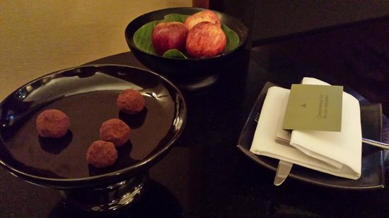 The Sukhothai Bangkok : welcome fruits&chocolate