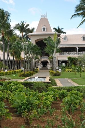 Sugar Beach Golf & Spa Resort: looking up towards the main building from the gardens