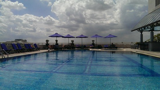 Sofitel Saigon Plaza : rooftop pool