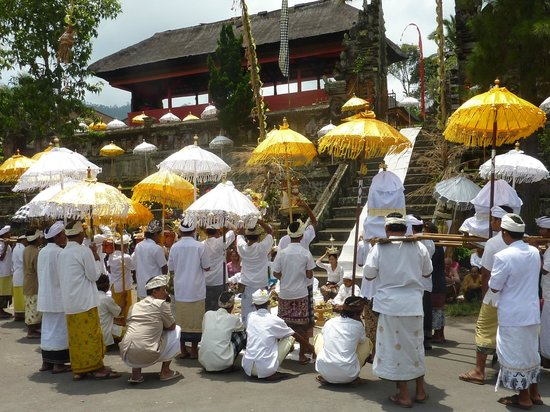 Surya Shanti Villa: La fête au temple