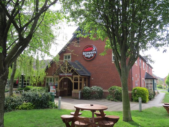 Brewers Fayre O'Bridge: Beer garden & O'Bridge