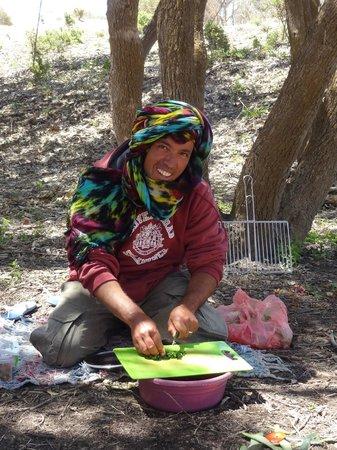 Lima Dromadaire: Mostafa prépare la salade Marocaine