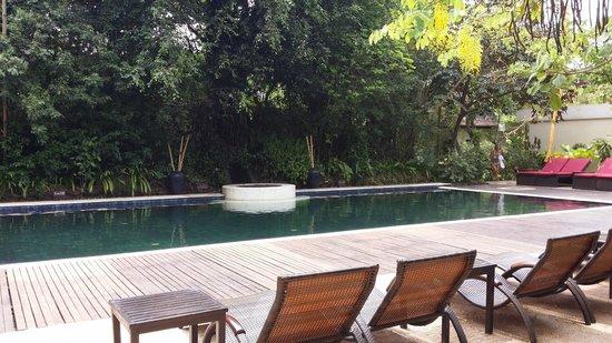 Heritage Suites Hotel: salt water pool