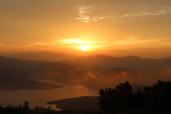 Red Hill Nature Resort: Sunrise over lake