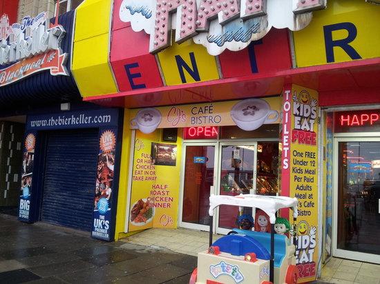 CJ's Cafe Bistro: promenade entrance