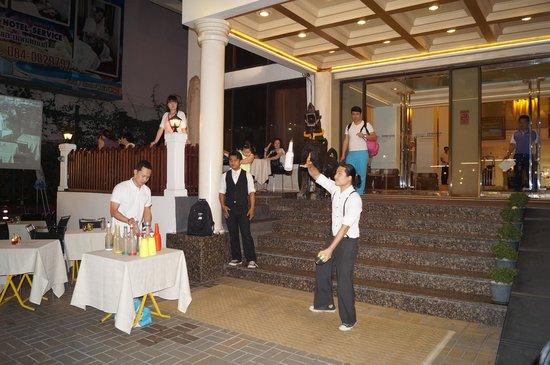 Dusit Princess Chiang Mai : Juggling at Hotel's entrance