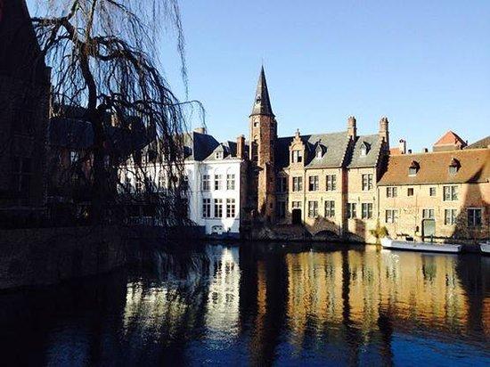 Crowne Plaza Brugge: nice area for 5 mins walk